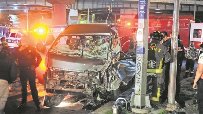 Conductores no respetan semáforo en rojo y chocan en la CDMX, uno queda prensado