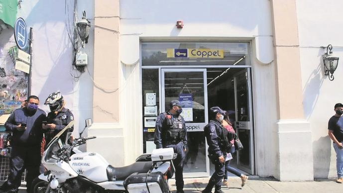 Sujeto amaga a cajera de banco y roba 10 mil pesos en Morelos, escapó entre la multitud