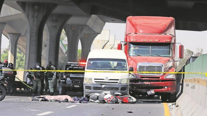 Tras choque, biker se arrastra por el asfalto para ver a su pareja muerta en el Edomex
