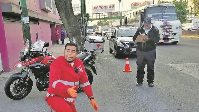 Hombre se avienta de unidad para evitar asalto en Morelos, queda inconsciente en el asfalto