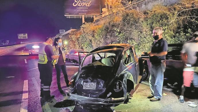 Conductor pierde control de su carro en Morelos y se estrella contra muro de contención