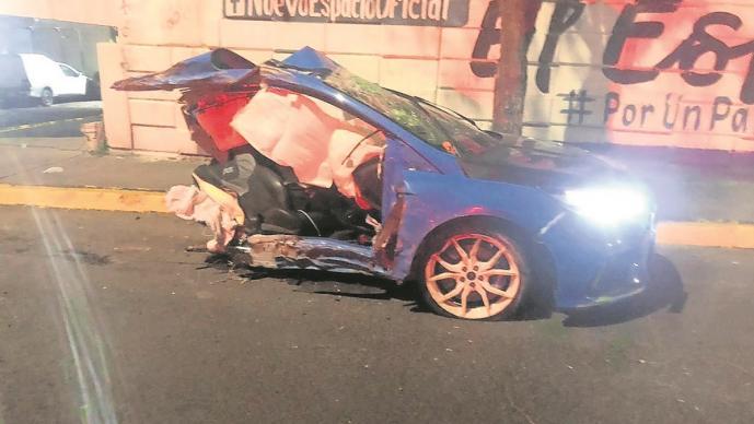Joven acelera, choca y su auto se parte a la mitad en Edomex, su copiloto murió