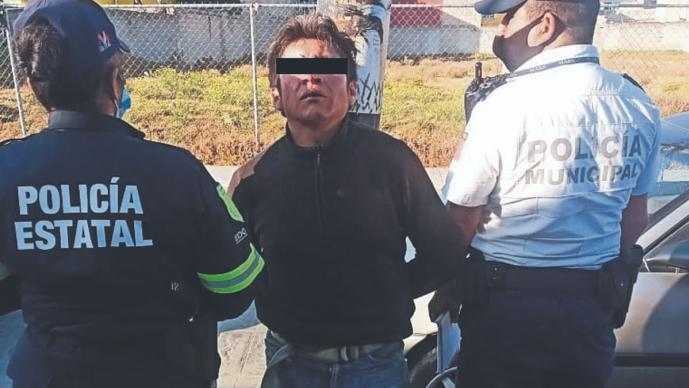 Agarran a presunto ladrón de coches y lo amarran a poste para 'boxear', en Edomex