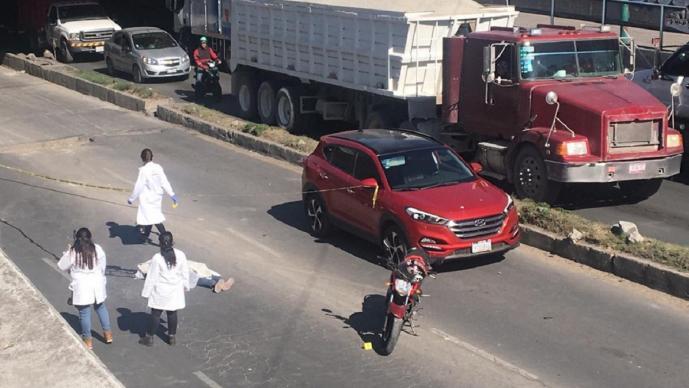 Motociclista muere al ser atropellado por vehículo carguero en Tláhuac