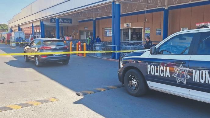 Asaltantes en taxi persiguen a cuentahabiente e intentan matarlo, en Morelos