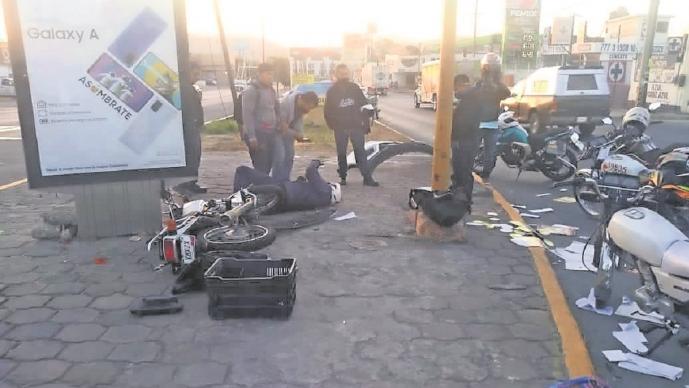 Promotor choca su motocicleta en Morelos, intentó ganarle el paso a un vehículo