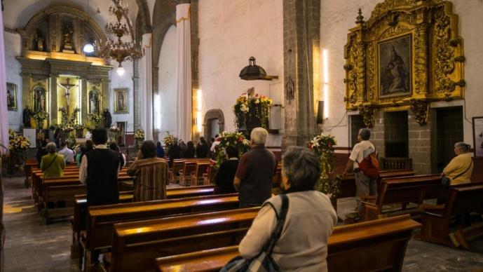 Iglesias en la capital del Edomex piden a fieles que den dinero a sacerdotes