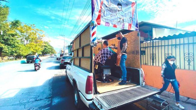 """Alejandro trepó a camioneta su """"barbería al aire libre"""", tras perder su empleo en Morelos"""
