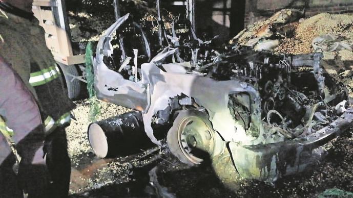 Granjero pierde una tonelada de maíz, maquinaria y vehículos en un incendio, en Edomex