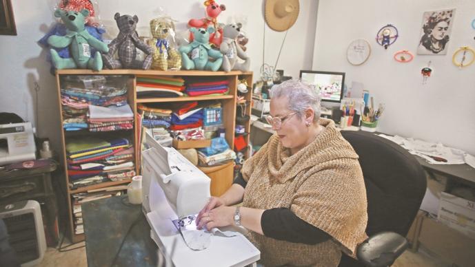 Mujer hace osos de peluche con ropa de fallecidos por Covid, en Chihuahua