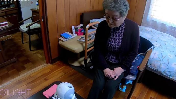Perros robot pasan el confinamiento con abuelitos, en Japón