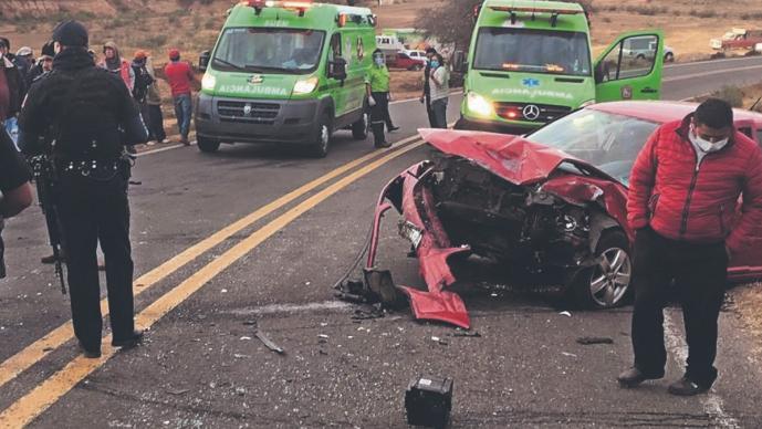 Aparatoso choque frontal deja un taxista muerto y cuatro heridos, en el Edomex