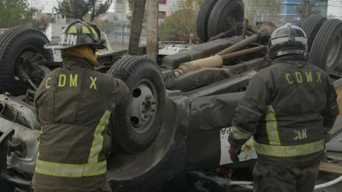 Aparatoso choque entre dos vehículos deja a cuatro personas lesionadas, en la CDMX
