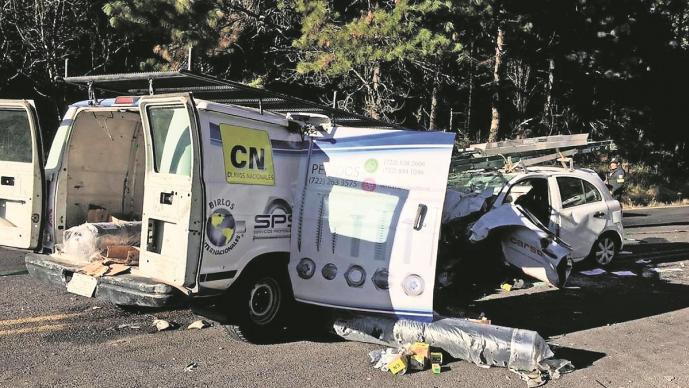 Conductor muere al chocar su auto contra una camioneta, tres personas resultan lesionadas
