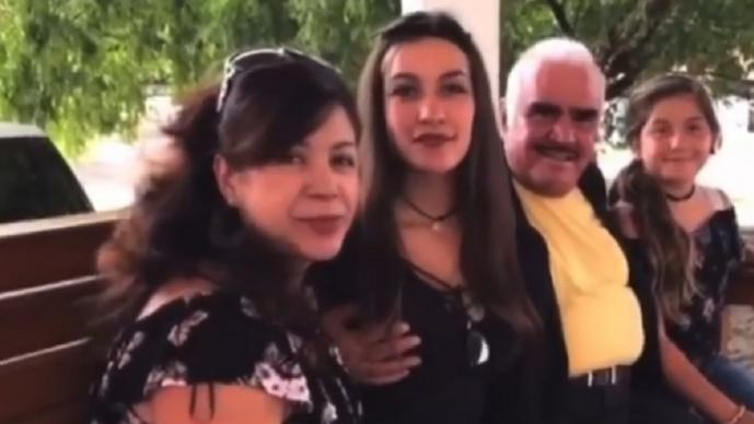 Fan de Vicente Fernández se siente violentada, luego de que el cantante tocó su seno