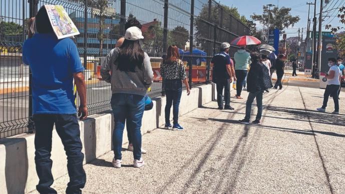 Capitalinos hacen largas filas por una prueba Covid, sólo abrieron 3 de 10 plazas