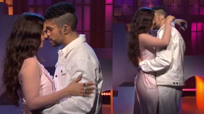 Romántica presentación de Rosalía y Bad Bunny casi termina en apasionado beso
