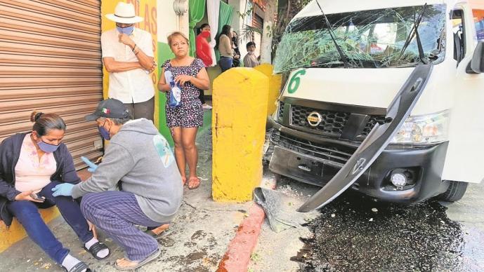 Combi se queda sin frenos, choca contra bloque de cemento y deja 10 heridos en Morelos