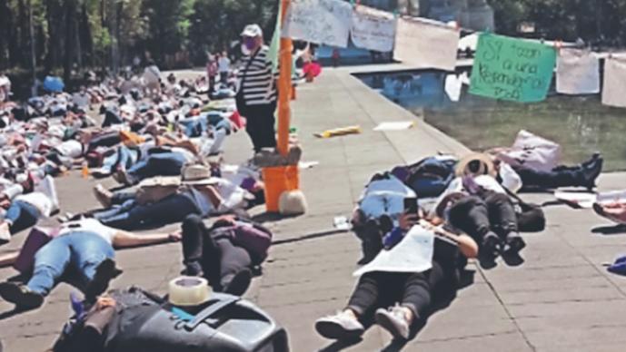Feministas simulan panteón para protestar por las mujeres que han sido asesinadas, en CDMX