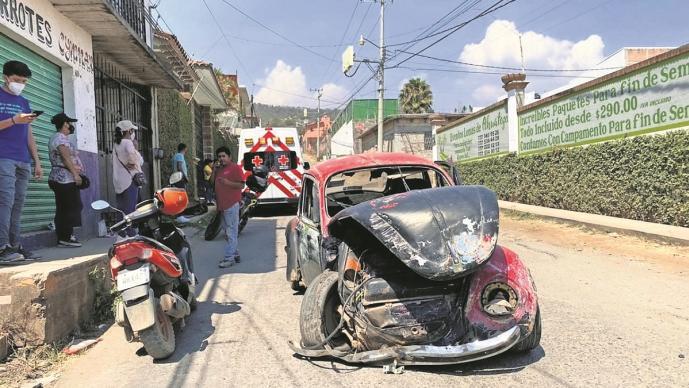 Familia sale lesionada tras chocar contra una casa en Morelos, le fallaron los frenos