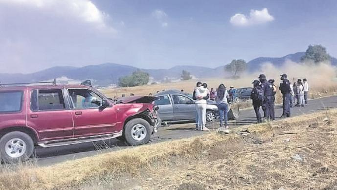 Pareja muere tras volcar y estrellarse contra una camioneta, en la Santiago Tianguistenco