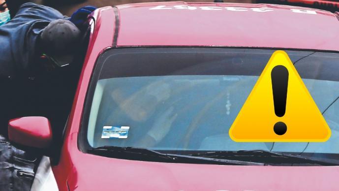 Sicarios en vehículo le dan alcance a taxista y frenan su vida a balazos, en Chimalhuacán