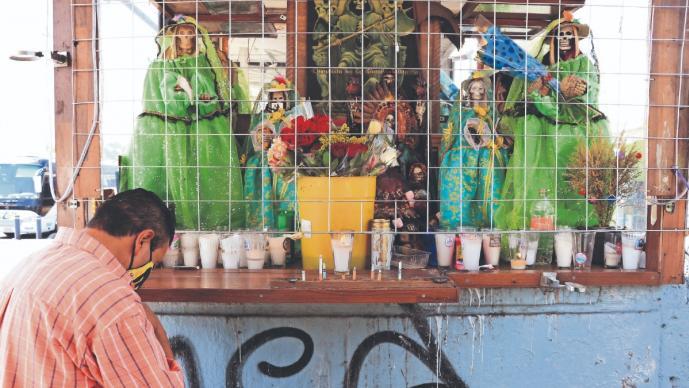 Antes de subir a combi en Indios Verdes, choferes piden a la Santa Muerte evitar atracos
