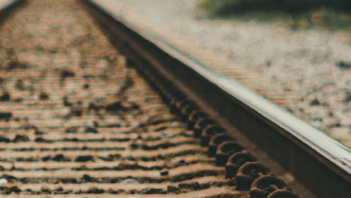 Hallan cadáver repleto de golpes y ensangrentado junto a las vías del tren, en el Edomex
