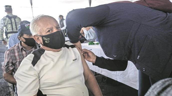 Vacunación antiCovid a menores de 60 años podría iniciar en mayo, revela AMLO