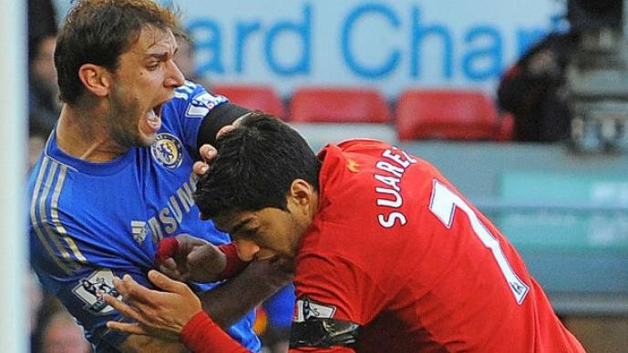 Suárez mordió en el brazo a Ivanovic