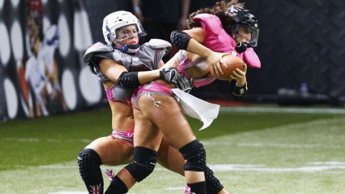 En la LFL no sólo se muestran cuerpos, sino también jugadas pelgirosas de futbol americano
