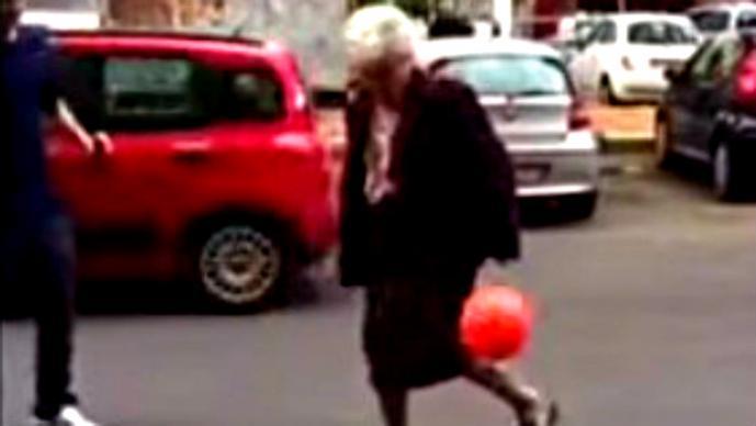 Abuela demuestra sus habilidades con el balón | VIDEO