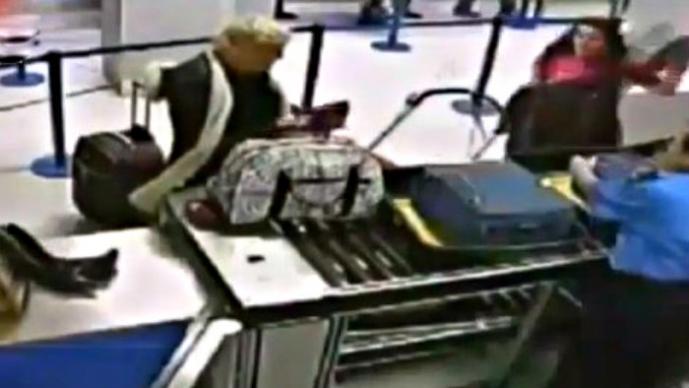 Mujeres borrachas se desnudan en aeropuerto | VIDEO