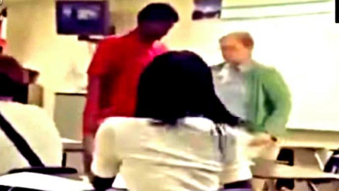 Estudiante ataca a su maestra en el salón de clases | VIDEO