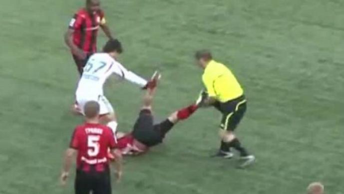 En Rusia, un árbitro se le fue a las patadas a un jugador