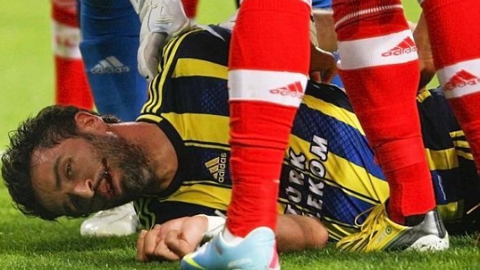 Gokhan Gönül tuvo que ir al hospital para ser atendido de los cortes en la cara