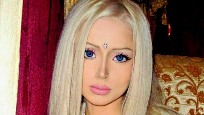 La Barbie humana evidencia su racismo