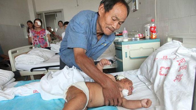 Bebé apuñalado en el hospital
