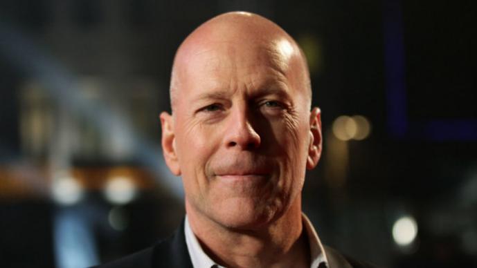Bruce Willis enseña a su hija recién nacida