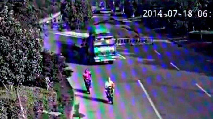 Chofer de un tráiler sobrevive milagrosamente a accidente | VIDEO