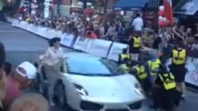 Mujer casi muere arrollada por un Lamborghini