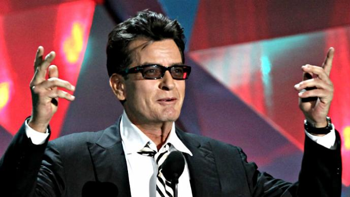 Charlie Sheen lleva el Ice Bucket Challenge a un nivel superior