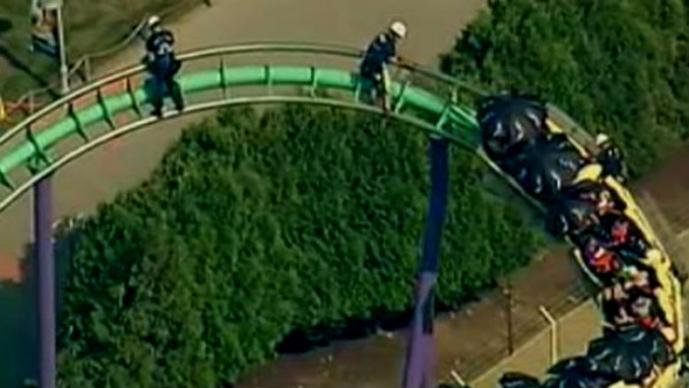 Montaña rusa en Six Flags causa pánico por falla mecánica