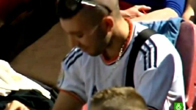 Aficionado de futbol es expulsado por usar la playera incorrecta | VIDEO