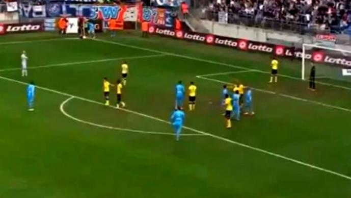 Muñeca inflable interrumpe partido de futbol