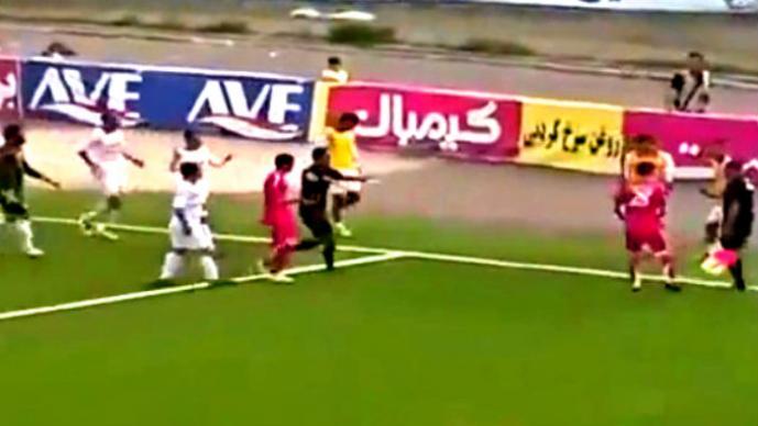 Futbolista suplente improvisa como portero   VIDEO