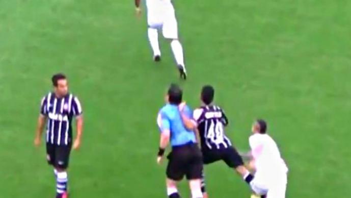 Futbolista golpea a árbitro por interferir en una jugada