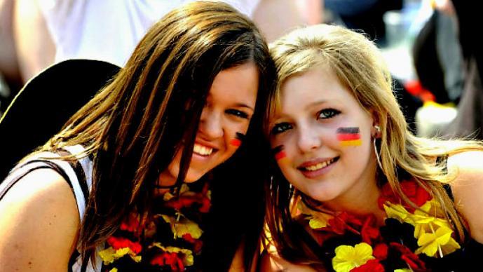 Aficionadas alemanas celebran en topless triunfo ante Portugal