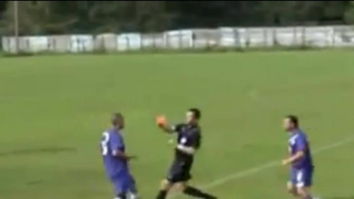 Jugador le rompe la nariz a un árbitro