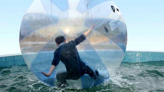 Hombre es rescatado de una burbuja en el océano